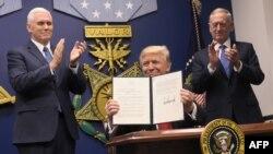 Nënpresidenti amerikan, Mike Pence, presidenti Donald Trump dhe Sekretari i Mbrojtjes, James Mattis