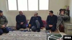ایرنا نوشته است که دیدارهای آقای شمخانی «در جوی صمیمی» انجام شد. به نظر میرسد این عکس از خانواده امیررضا عبداللهی باشد
