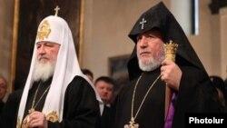 Патриарх Московский и всея Руси Кирилл (слева) и Верховный Патриарх и Католикос всех армян Гарегин Второй (архив)
