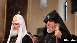 Armenia -- Catholicos Garegin II (R) and visiting Russian Patriarch Kirill preside over a joint prayer service in Echmiadzin, 16 March 2010.