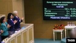 Сенаторы во время ратификации договора о вступлении Крыма в состав России во время внеочередного заседания Совета Федерации. Москва, 21 марта 2014 года.