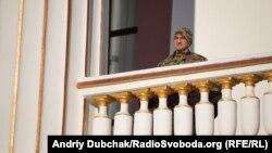 Герой України, генерал-майор Ігор Гордійчук спостерігає за демонтажем монумента