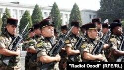 Французские военные, принимающие участие в параде в честь 20-летия независимости Таджикистана. Душанбе, сентябрь 2011 года.