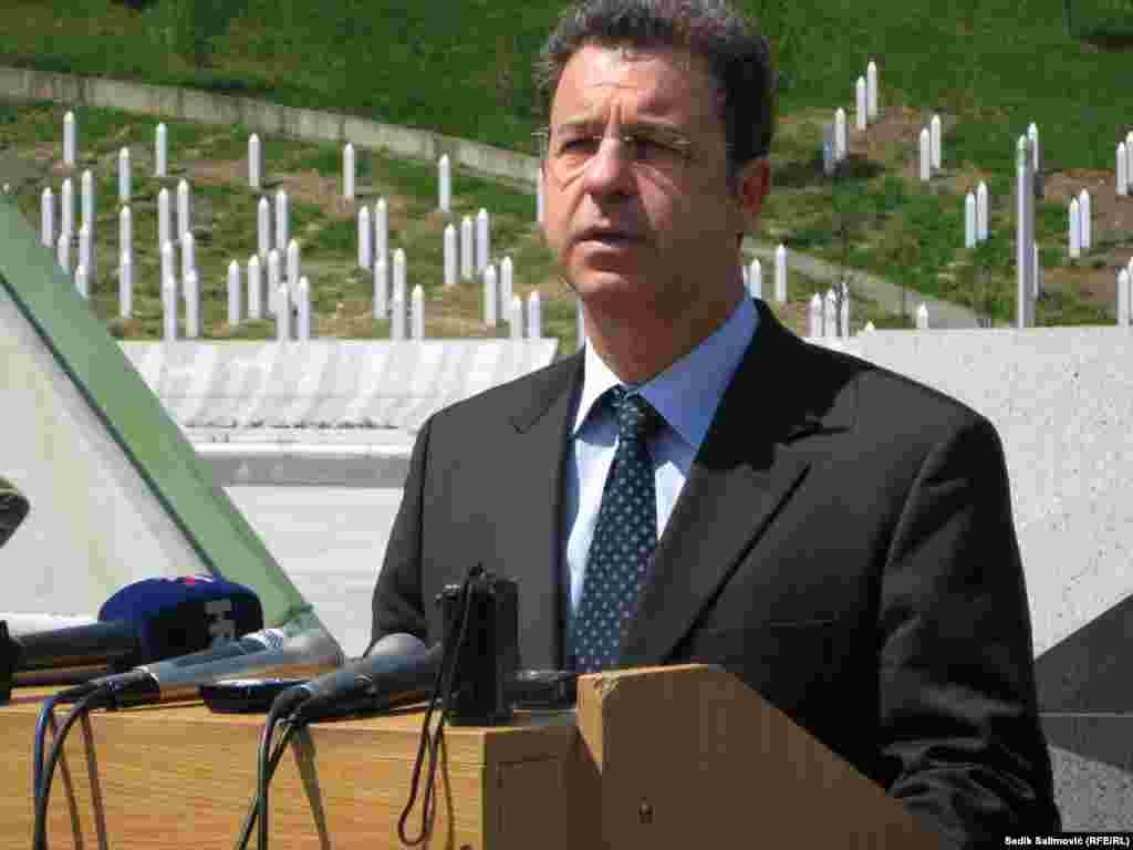 Главниот обвинител на Меѓународниот механизам за остатоци за кривични судови, Серж Брамерц, неколку пати го посети Меморијалниот центар Поточари. Откако положи цвеќе на спомен-обележјето, тој разговараше со мајките на Сребреница.