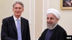 Ұлыбритания сыртқы істер министрі Филип Хэммонд (сол жақта) Иран президенті Хассан Роуханимен кездесіп тұр. Тегеран, 24 тамыз 2015 жыл.