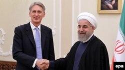 Президент Ирана Хасан Роухани (справа) на встрече с министром иностранных дел Великобритании Филипом Хэммондом в Тегеране, 24 августа 2015 года.