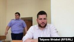 Оппозиционер Леонид Волков и следователь по особо важным делам Владимир Бондаренко