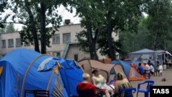Parents and teachers from Ulyanovsk schools No. 7 and No. 8 at the start of a hunger strike at a tent camp in the city.