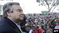 Верховный комиссар ООН по делам беженцев Антонио Гутеррес в лагере тунисских беженцев, март 2011 года