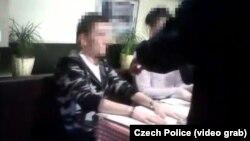 Ռուսաստանցու ձերբակալությունը Պրահայի ռեստորանում, Չեխիայի ոստիկանության հրապարակած տեսանյութից
