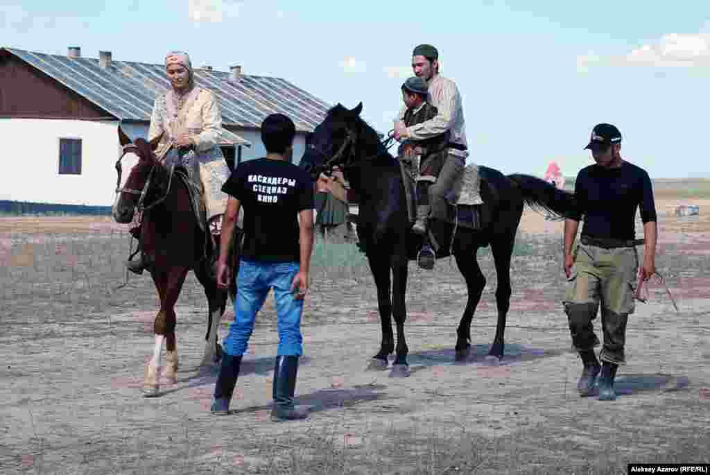 За лошадей отвечают каскадеры. Перед съемкой сцены они дают какие-то рекомендации актрисе Алтынай Ногербек (играет мать Ильяса — Марьям) и актеру Еркебулану Дайырову (играет отца Ильяса — Мукана).