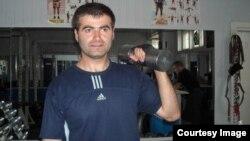 В свои 33 года грузинский атлет установил уже 28 мировых рекордов, выполняя, не останавливаясь часами, упражнения с гантелями различной тяжести, эспандером и просто отжимаясь от пола