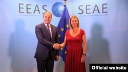 Enver Hoxhaj dhe Federica Mogherini përshëndeten para takimit të sotëm në Bruksel