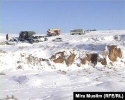 АН-72 ұшағы құлаған жерге келген ресми өкілдер. Оңтүстік Қазақстан облысы, 26 желтоқсан 2012 жыл.