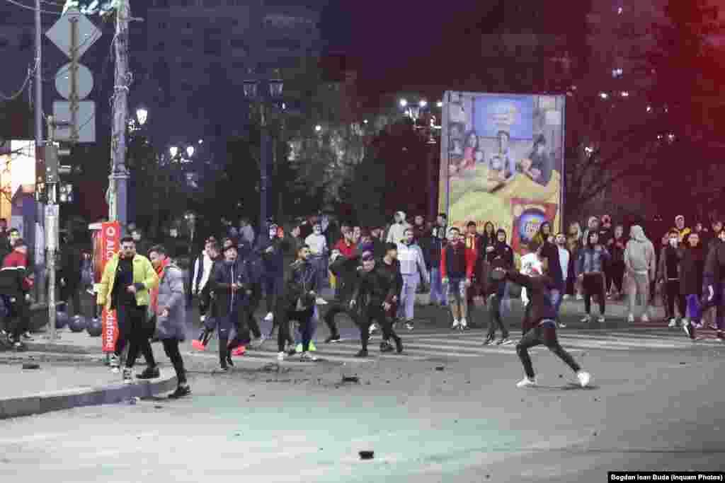 Câteva mii de persoane au participat la protestul din București. Ei au plecatinițial din Piața Victoriei către Universitate, via Ștefan cel Mare și Calea Moșilor, iar la final s-au întors în fața Guvernului.