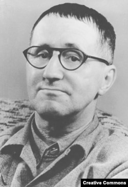 Alman şairi və dramaturqu Bertold Brecht