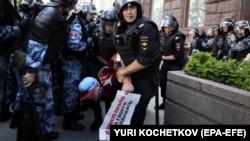 Поліція затримує людей під час акції в центрі Москви, Росія, 27 липня 2019 року