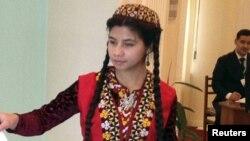 Девушка в традиционной туркменской одежде. Иллюстративное фото.