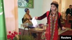 Голосование на президентских выборах на одном из избирательных участков Туркменистана. Ашгабат, 12 февраля 2012 года.