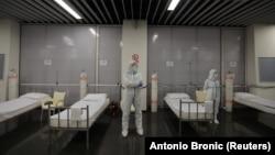 Здравствени работници во загрепска Арена, која е претворена во ковид-болница