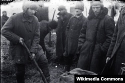 Понятые во дворе крестьянина при поиске хлеба в одном из сел Гришинского района Донецкой области. Между 1930 и 1934 г. Неизвестный фотограф