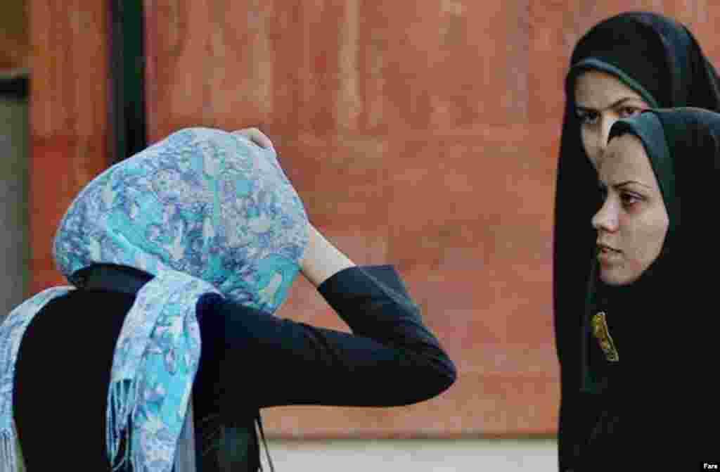 Räsemnär 22 april könne Tähranda töşerelgän (Fars) - Mäcbüri töstä yawlıq bäyläw İranda 1979 yılğı İslam inqilabınnan soñ kertelde. Şul waqıttan birle xakimiätlär daimi töstä çäçne qaplap yörü kiräklegen añlatır öçen törle çaralar kürep kilde.