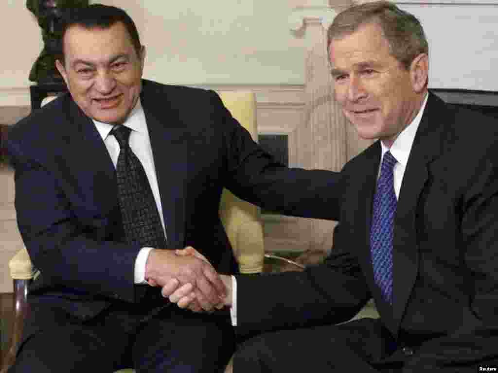 Mubarak meets with U.S. President George W. Bush in Washington in April 2001.