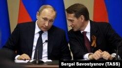 Президент Росії Володимир Путін (ліворуч) і тодішній голова російської Держдуми, а нині керівник Служби зовнішньої розвідки Росії Сергій Наришкін. Петербург, 27 квітня 2015 року