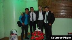 Сүрөттө солдон оңго: Эрнист Нурматов, Артур Тургунбаев, Түмөнбай Колдошов, Нурбек Ахматкулов. Сүрөткө тартып жаткан мен. Концерттен кийин