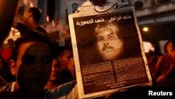 Tunizi - Një protestues mban posterin me fotografinë e aktivistit të ndjerë opozitar sekular Muhamed Brahimi, 27Korrik2013
