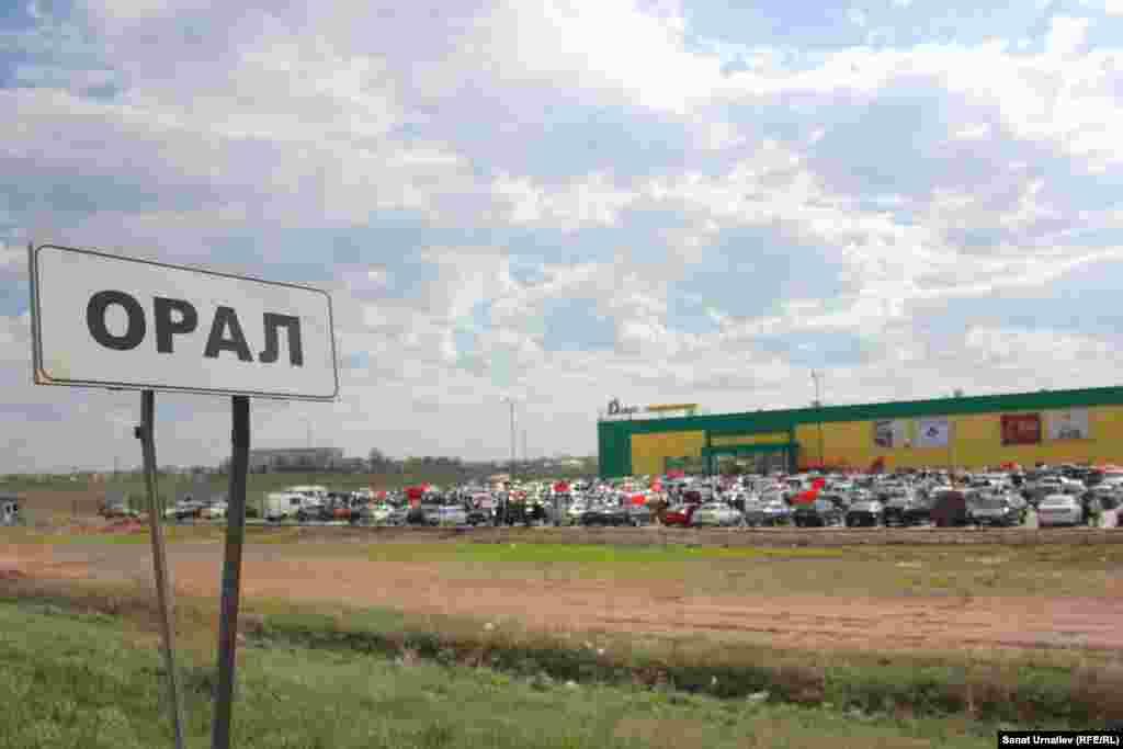 Сбор участников автопробега проходил на парковке одного из местных гипермаркетов.