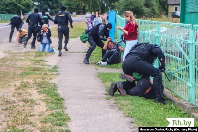 У Лебедєві ОМОНівці затримали та побили жителів, які подали колективну заяву до сільського виконавчого комітету, 12 серпня