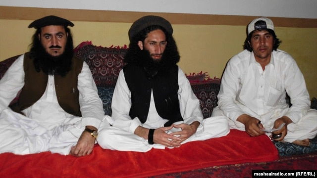 Qazi Mehboob ul-Haq (left), the chief of Ansar ul-Islam, with supporters