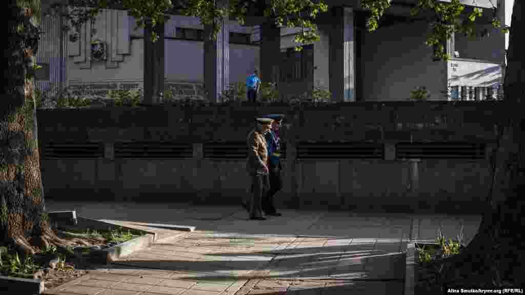 Ветерани у формі прогулюються біля будівлі підконтрольного Кремлю уряду Криму