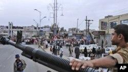 یکی سربازان ارتش یمن در حال حفاظت از مقر پلیس در صنعا- ۴ خرداد