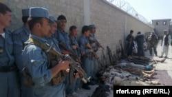 Силы безопасности Афганистана стоят над телами убитых талибов. Кундуз, апрель 2016 года.