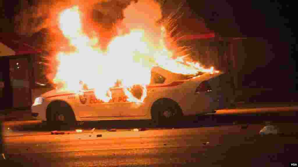 Один из подожженных во время протестов автомобилей