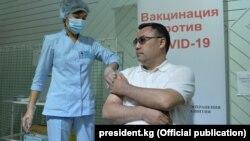 Президент Садыр Жапаров эмдөөдөн өтүп жатат.