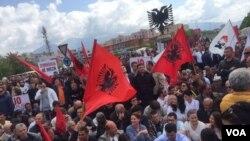 Opozita shqiptare bllokon rrugët