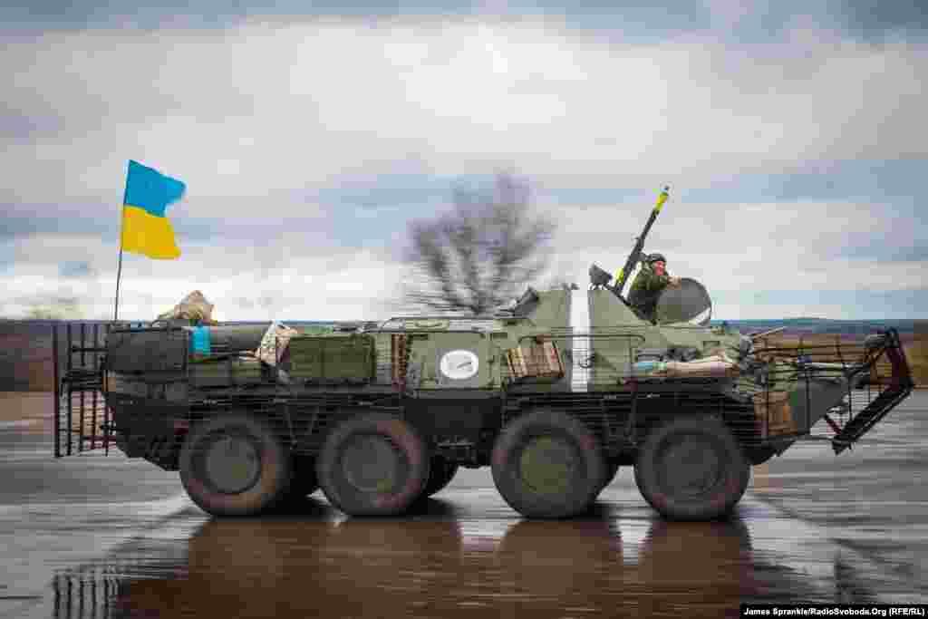 Украинский бронетранспортер едет по бетонированной площадке на военной базе Краматорска.