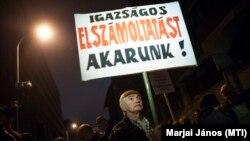 Az adóhatóság vezetőinek lemondásáért tüntettek Budapesten 2014-ben.