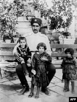 رضا شاه به همراه پسرش محمد رضاو دخترانش شمس و اشرف (تنها مانده در سمت راست عکس).