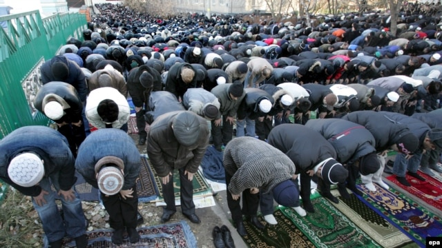 Muslims pray at the central mosque in Moscow. A flood of immigrants, or proof of a lack of mosques for Moscow's Muslims?