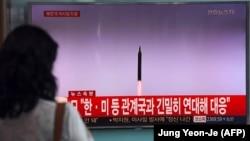 Сеулде Солтүстік Кореяның баллистикалық зымыран атқаны туралы хабарды қарап тұрған адам. Оңтүстік Корея, 15 қыркүйек 2017 жыл.
