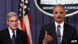 Американскиот јавен обвинител Ерик Холдер и директорот на ФБИ, Роберт Мјулер.