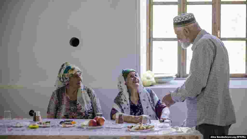 Энвер агъа здоровается с жительницами Ай-Сереза. Он приехал на праздник из Симферополя