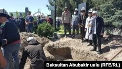 Похороны Зайырбека Ажыматова. Ала-Арчинское кладбище. 1 мая 2002 года.