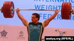 Казахстанский штангист олимпийский чемпион Илья Ильин на чемпионате мира по тяжелой атлетике в Алматы. 15 ноября 2014 года.