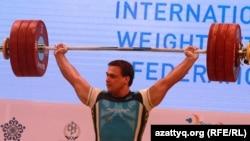 Agyr atletika boýunça dört gezek dünýä çempiony bolan Ilýa Ilýin. Almaty, 2014 ý.