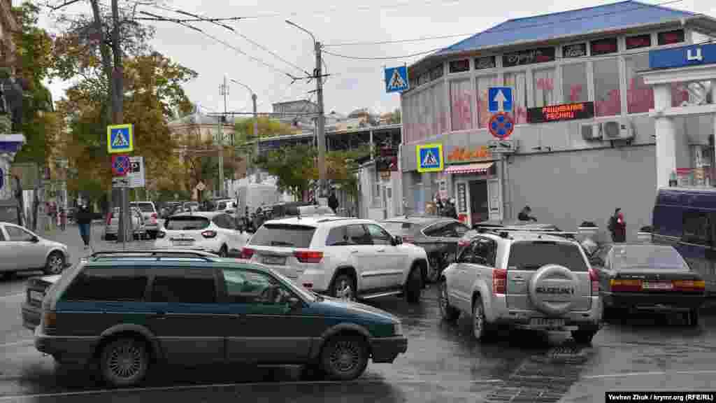 Біля Центрального ринку – паркувальний колапс